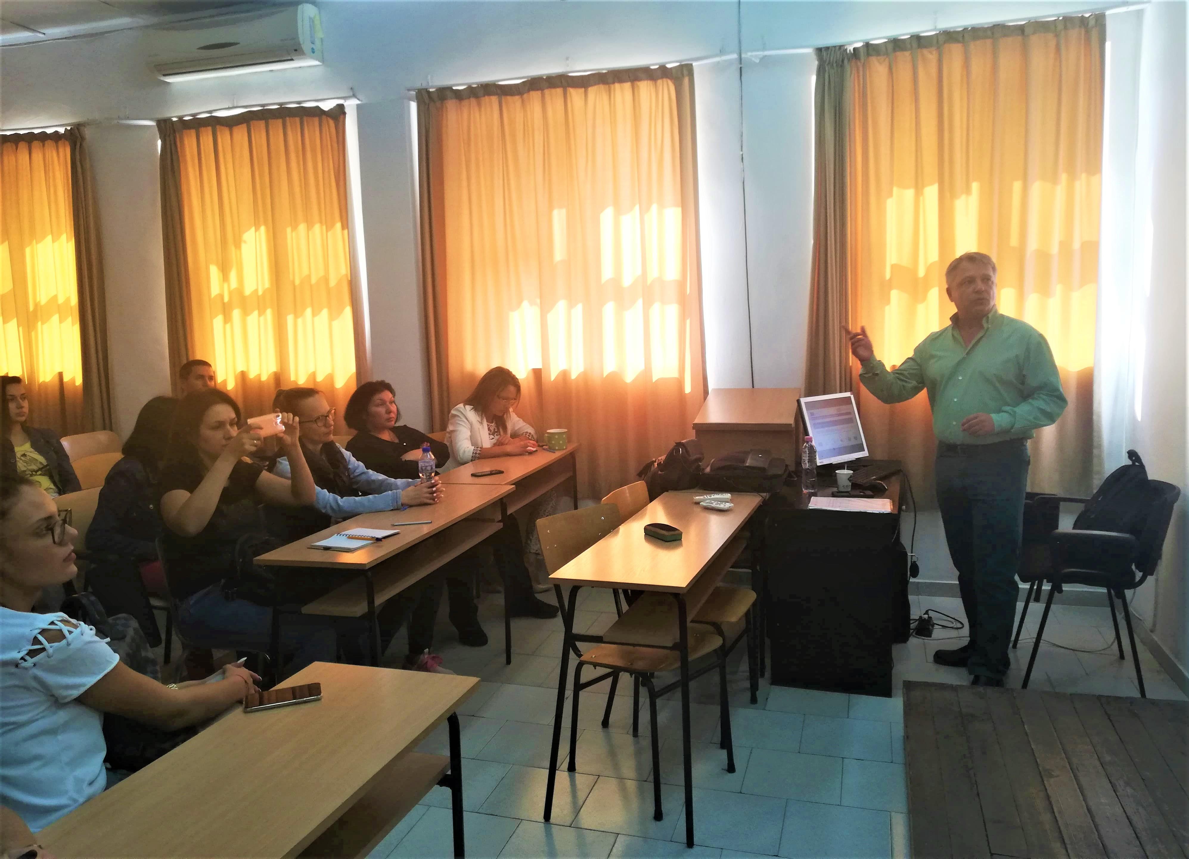 Експерт от Агенция за регионално развитие обучава студенти по ключови компетенции